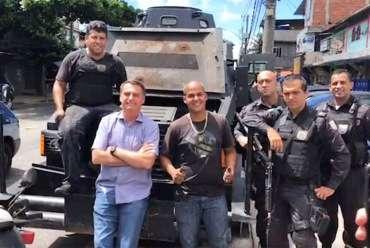 Bolsonaro e policiais