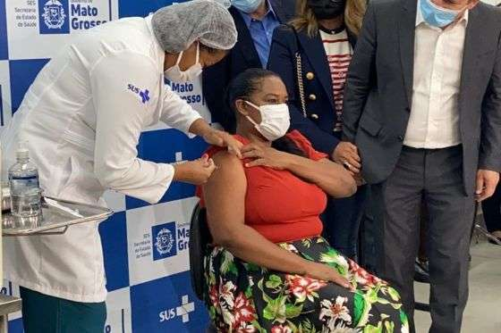 Técnica de enfermagem do Metropolitano é a 1ª vacinada em MT | Diario de Cuiabá